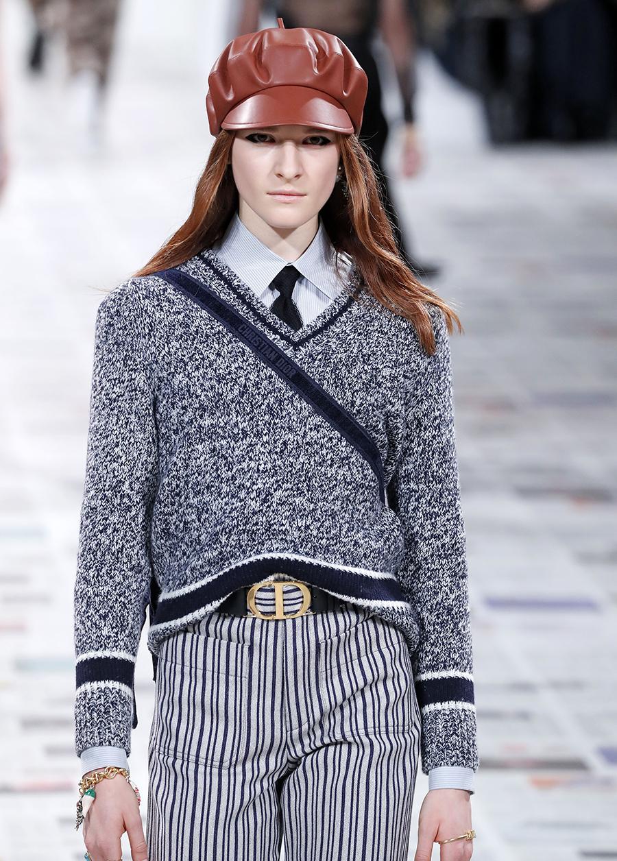 модный свитер джемпер преппи с V-образным вырезом осень зима 2020 2021 серый