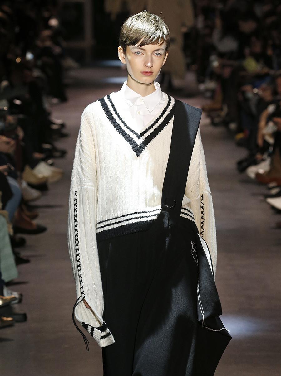 модный свитер джемпер преппи с V-образным вырезом осень зима 2020 2021 белый
