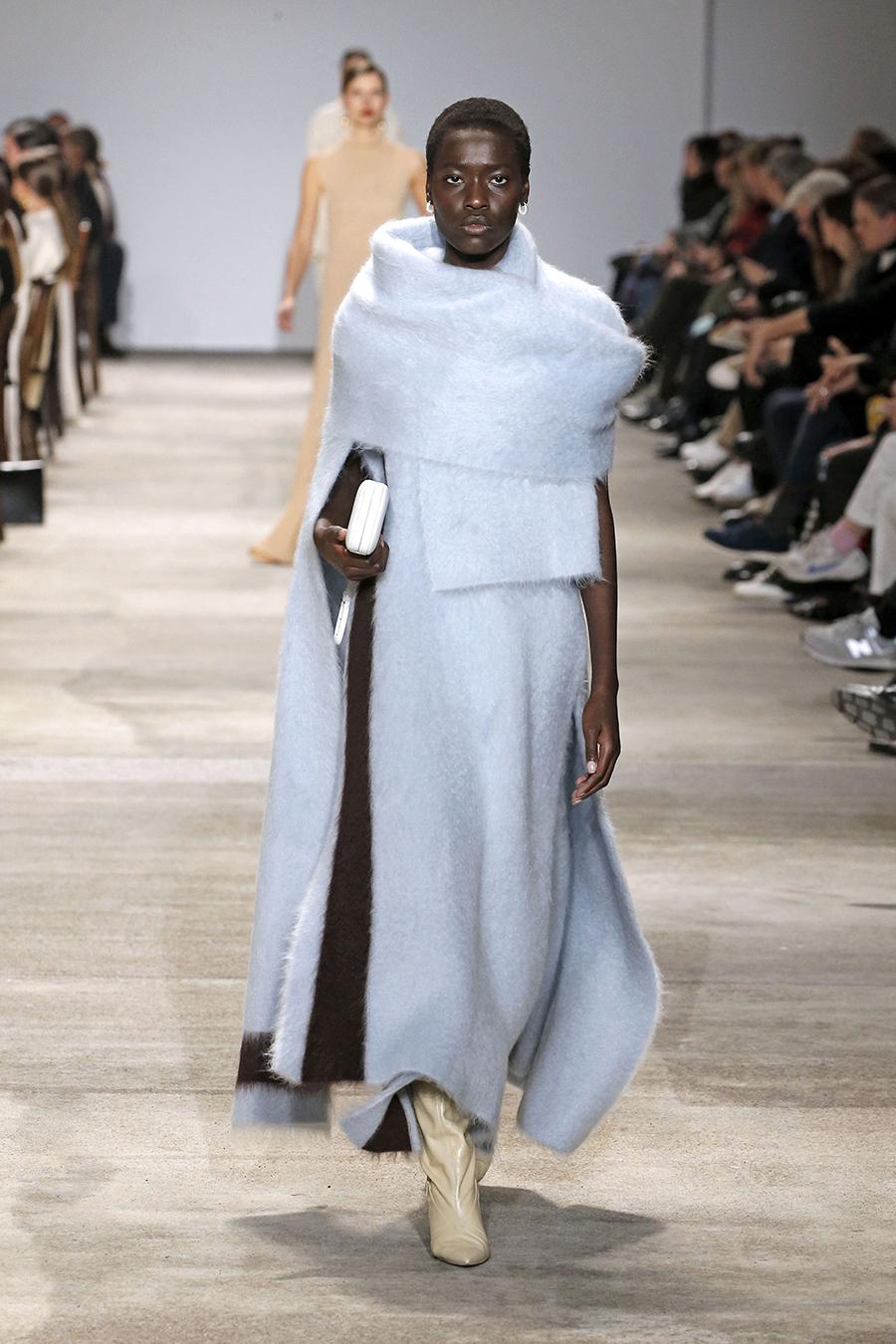 вязаное трикотажное платье макси в пол длинное теплое ангора голубое