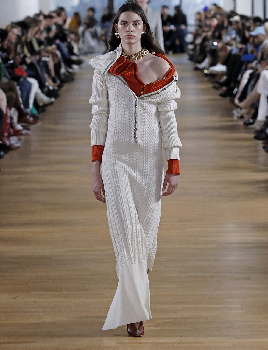 вязаное трикотажное платье макси в пол длинное теплое белое с косами в спортивном стиле
