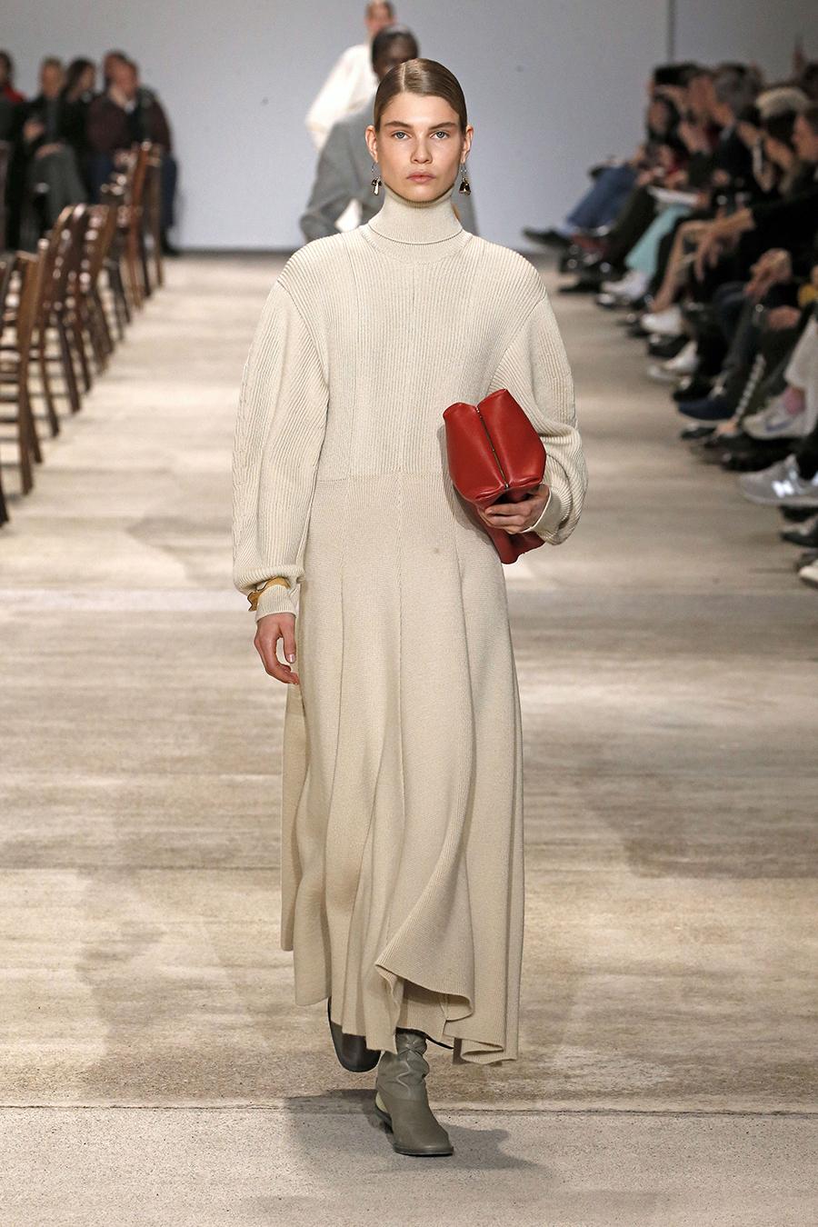 вязаное трикотажное платье макси в пол длинное теплое в рубчик в обтяжку плиссе бежевое с пышным рукавом