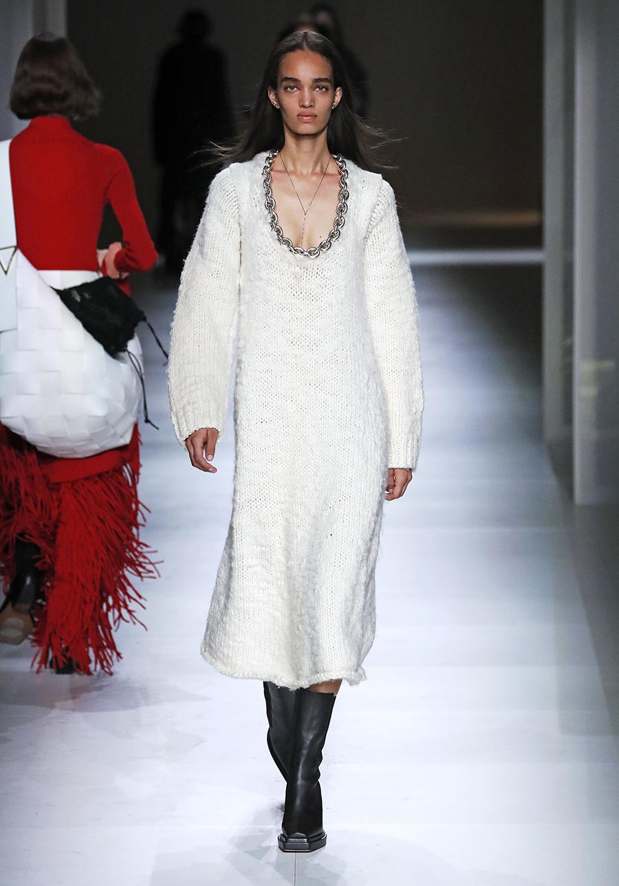 вязаное трикотажное платье миди за колено белое с цепью с декольте