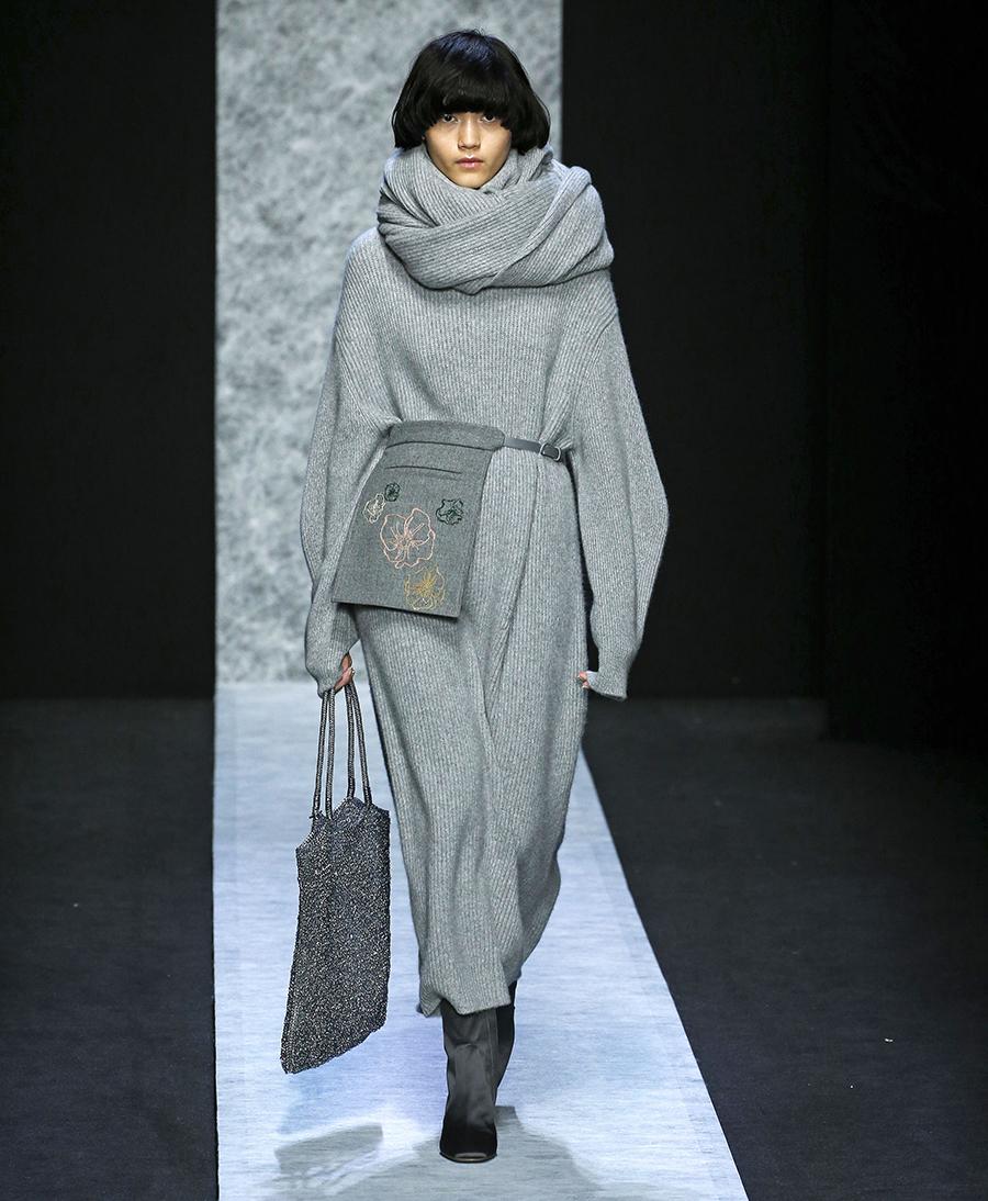 вязаное трикотажное платье оверсайз макси в пол длинное теплое серое в рубчик