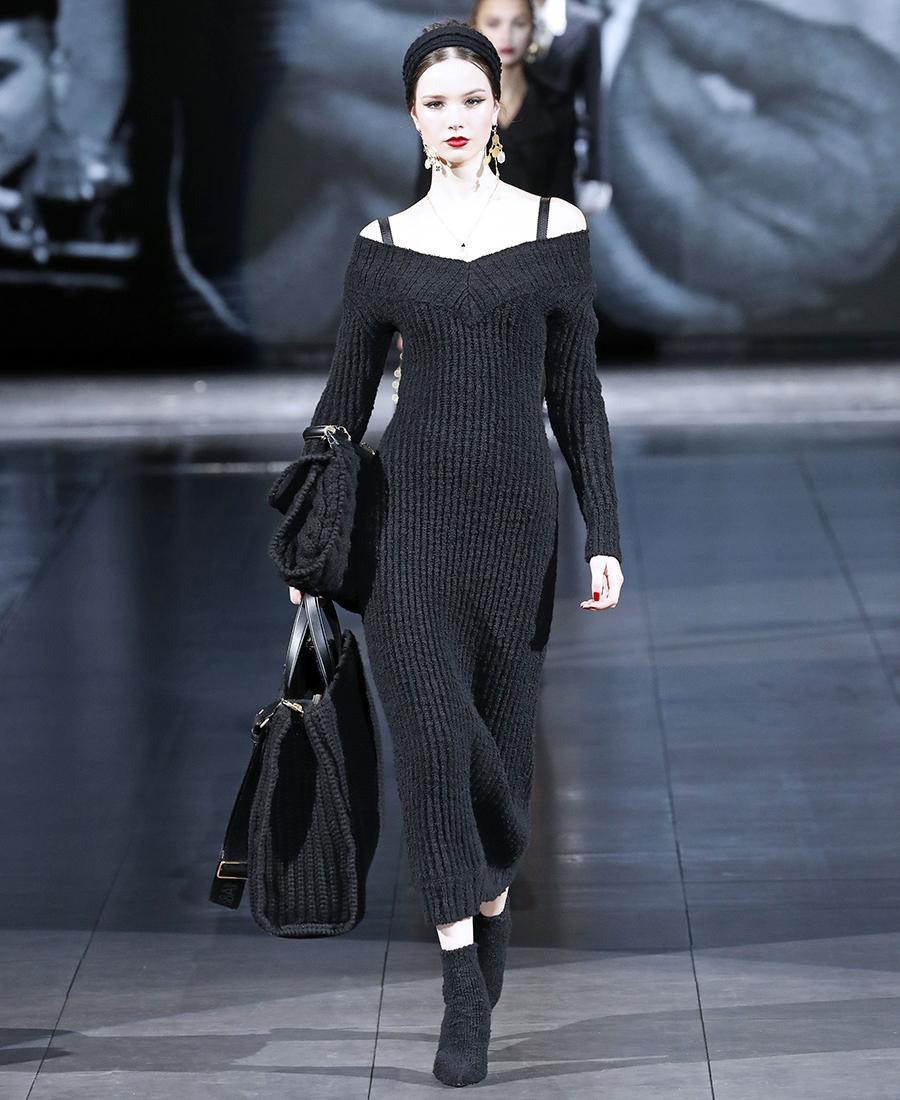 вязаное трикотажное платье с открытыми голыми плечами миди в рубчик в обтяжку черное