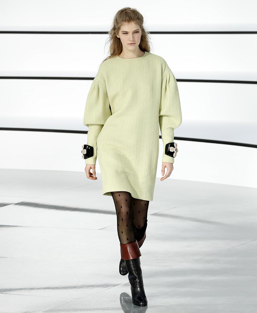 вязаное трикотажное платье с пышными объемными рукавами пастельноезеленое салатовое