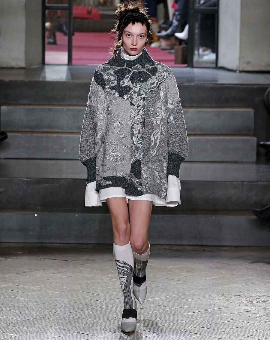 вязаное трикотажное платье свитер короткое оверсайз серое с вышивкой