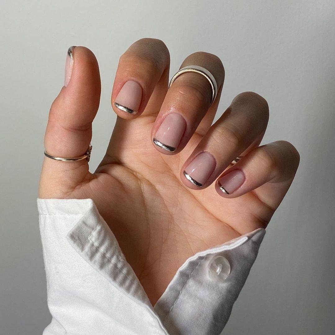 маникюр зима 2020 на короткие ногти на новый год френч французский серебряный металлик нежный нейл-арт нейл-дизайн