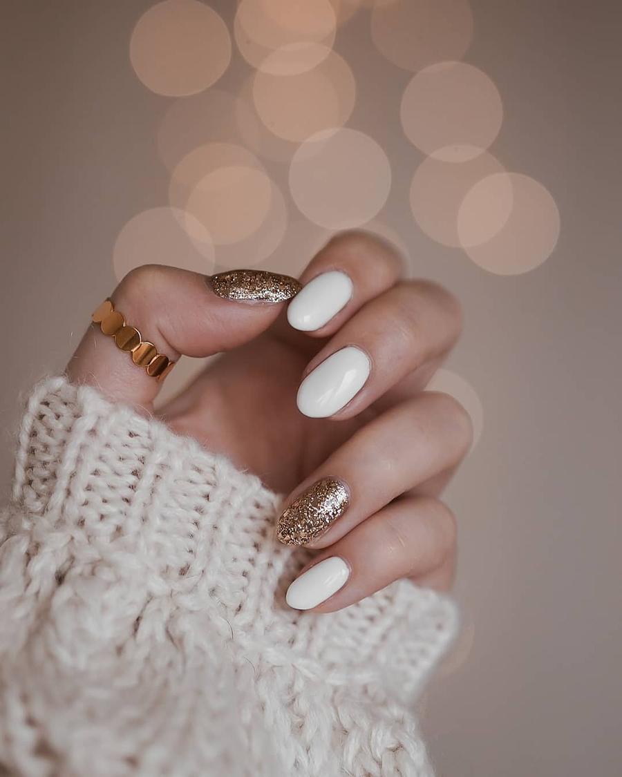 маникюр зима 2020 на короткие ногти на новый год белый золотой матовый нежный нейл-арт нейл-дизайн