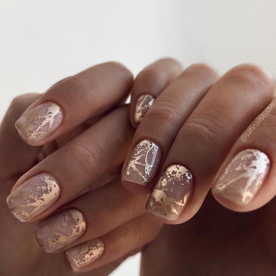 маникюр зима 2020 на короткие ногти на новый год нюд золотой матовый нежный нейл-арт нейл-дизайн