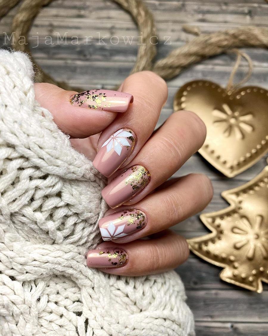 маникюр зима 2020 на короткие ногти на новый год нюд золотой нежный нейл-арт нейл-дизайн