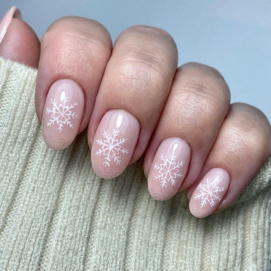 маникюр зима 2020 на короткие ногти миндаль нежный нюд снежинки нейл-арт нейл-дизайн