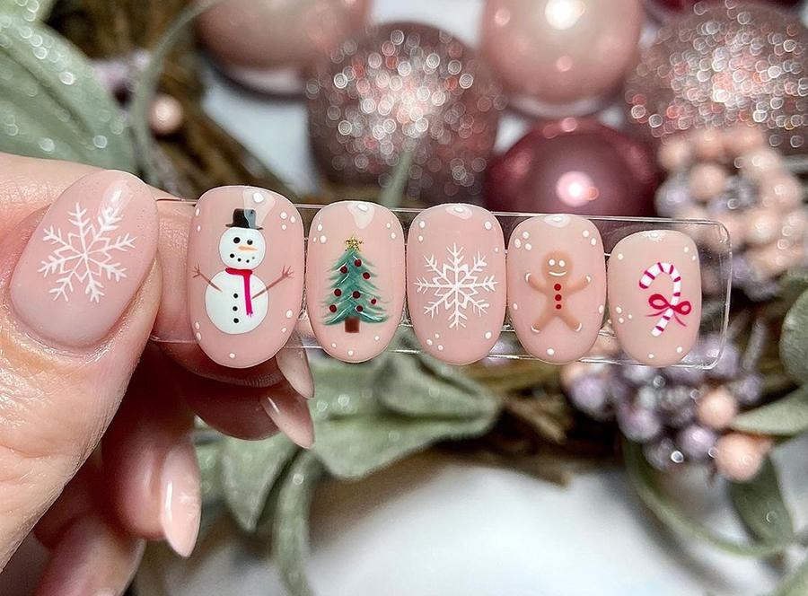 маникюр зима 2020 на короткие ногти миндаль нежный нюд снежинки елки снеговики на новый год нейл-арт нейл-дизайн