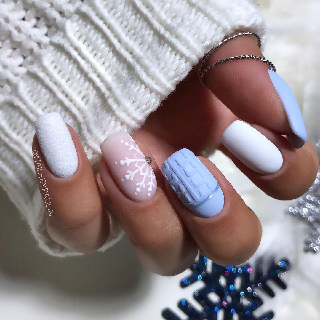 маникюр зима 2020 на длинные ногти на новый год вязаный свитер матовый нюд белый голубой нежный нейл-арт нейл-дизайн