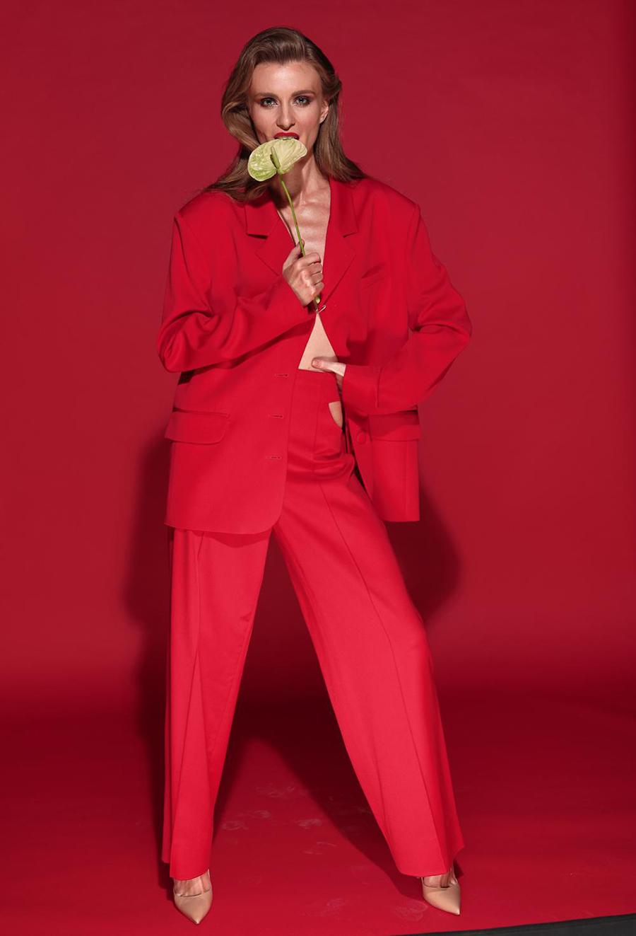 модель Алена Сависько Alyona Savisko тренды сезона осень-зима 2020-2021 капсульный гардероб костюм красный