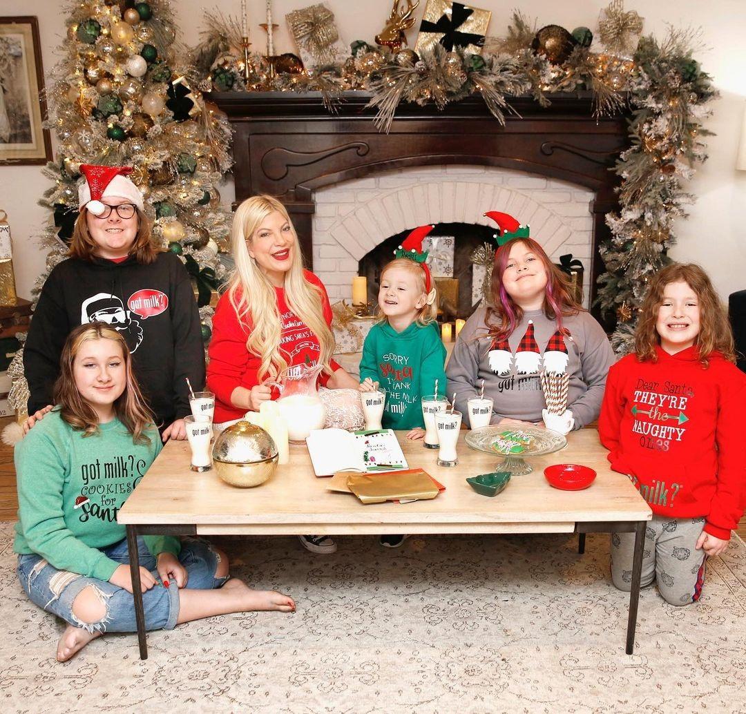 тори спеллинг семья дети рождество елка новый год 2021