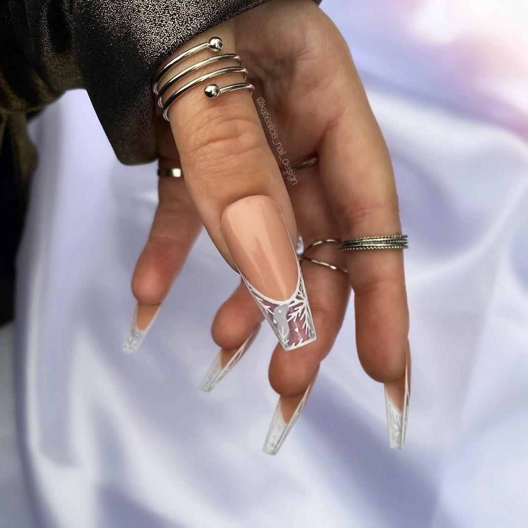 новогодний маникюр 2021 новый год дизайн френч прозрачный кончик снежинки