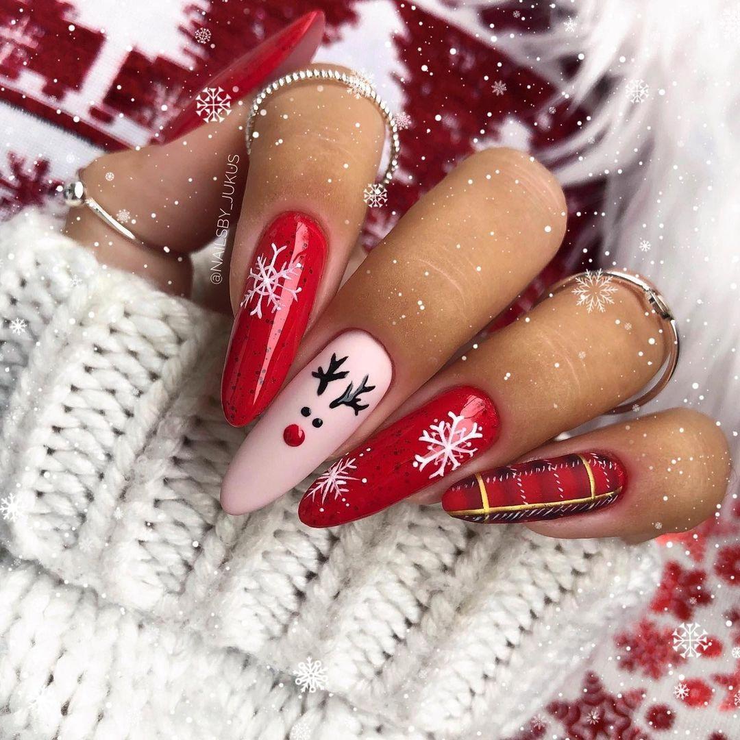 новогодний маникюр 2021 новый год дизайн рисунки олень снежинки розовый красный клетка