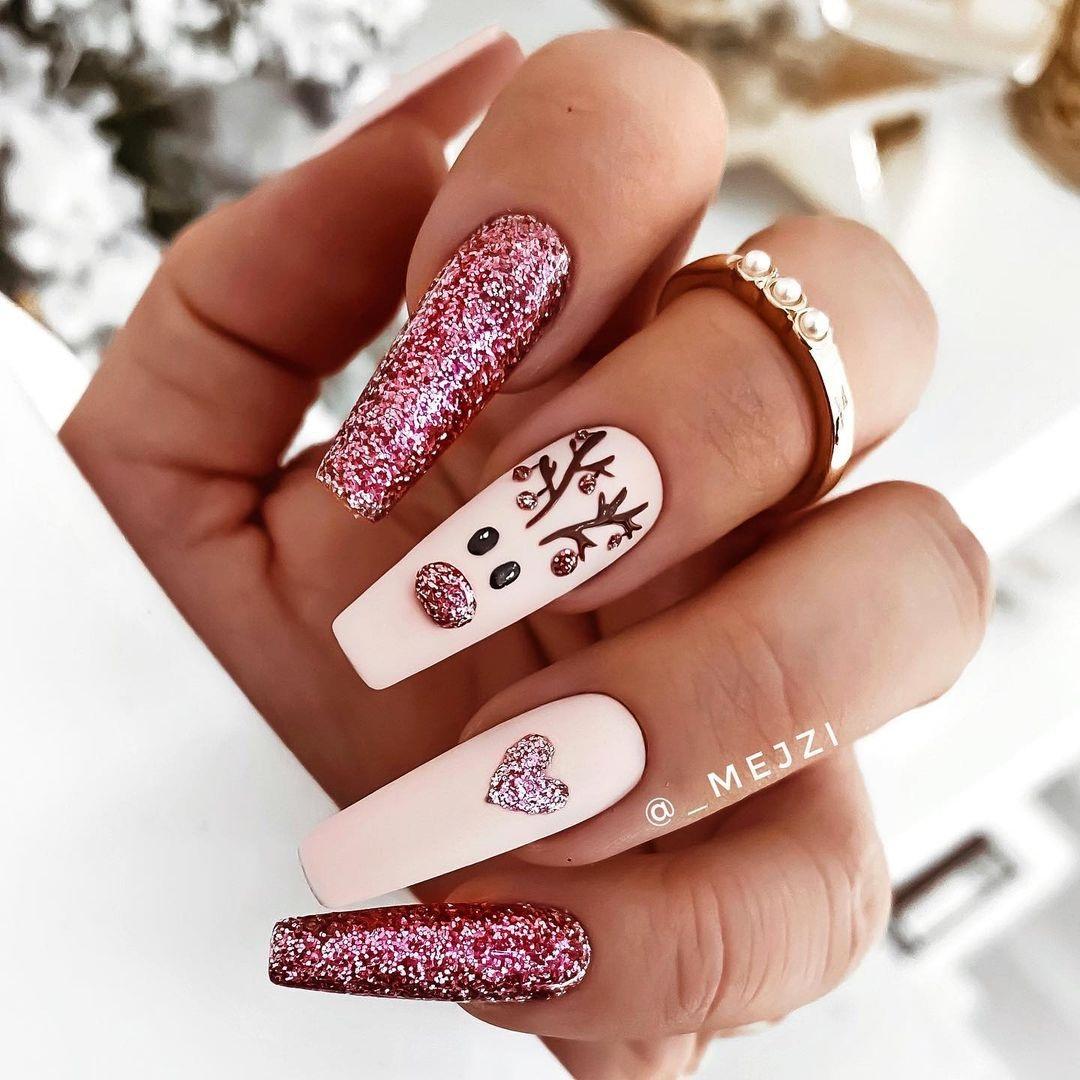 новогодний маникюр 2021 новый год дизайн рисунки олень снежинки розовый блестки