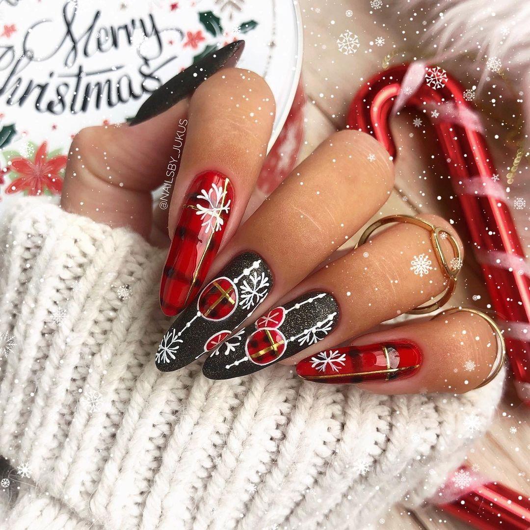 новогодний маникюр 2021 новый год дизайн снежинки красный серый белый