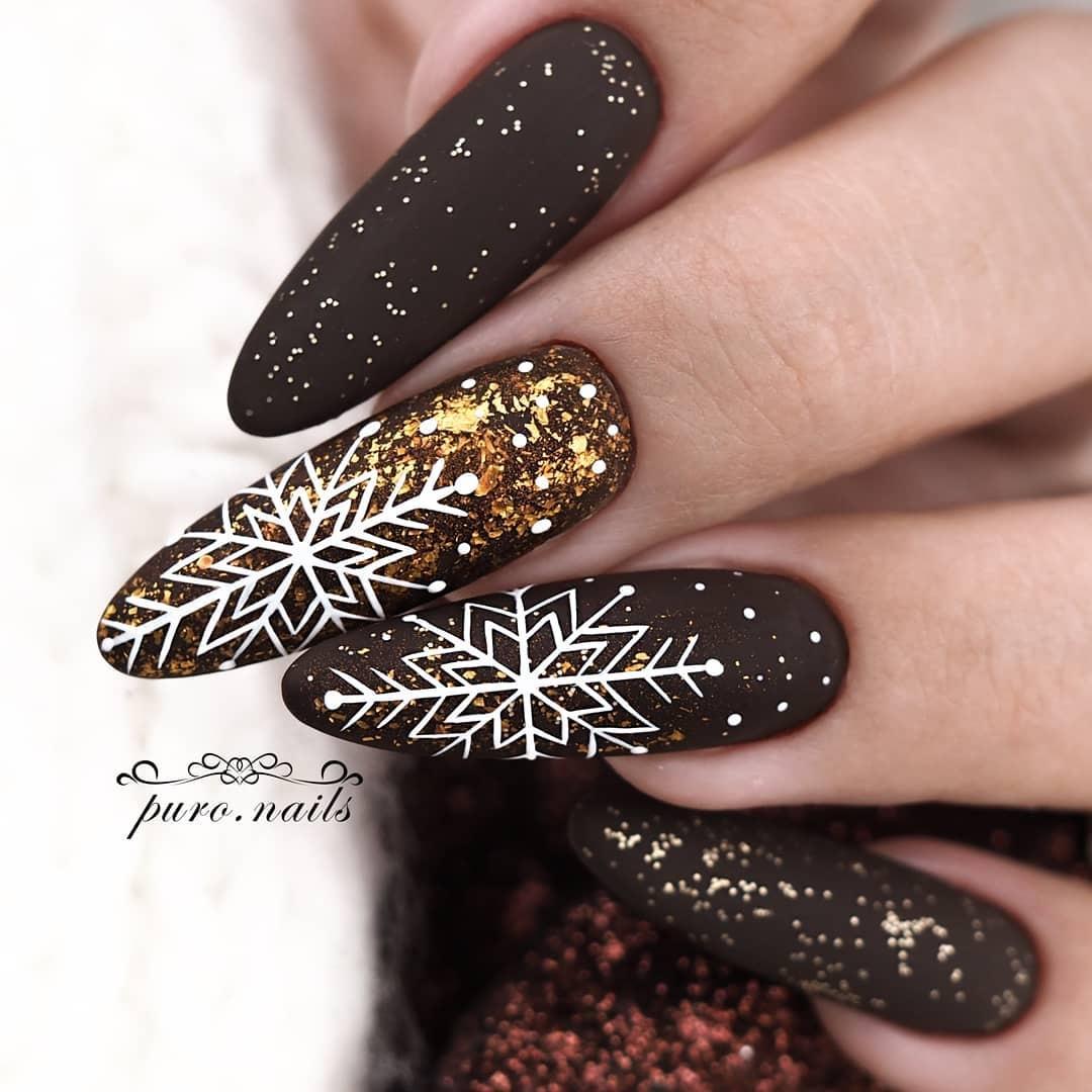 новогодний маникюр 2021 новый год дизайн снежинки белый золотой коричневый черный блестки
