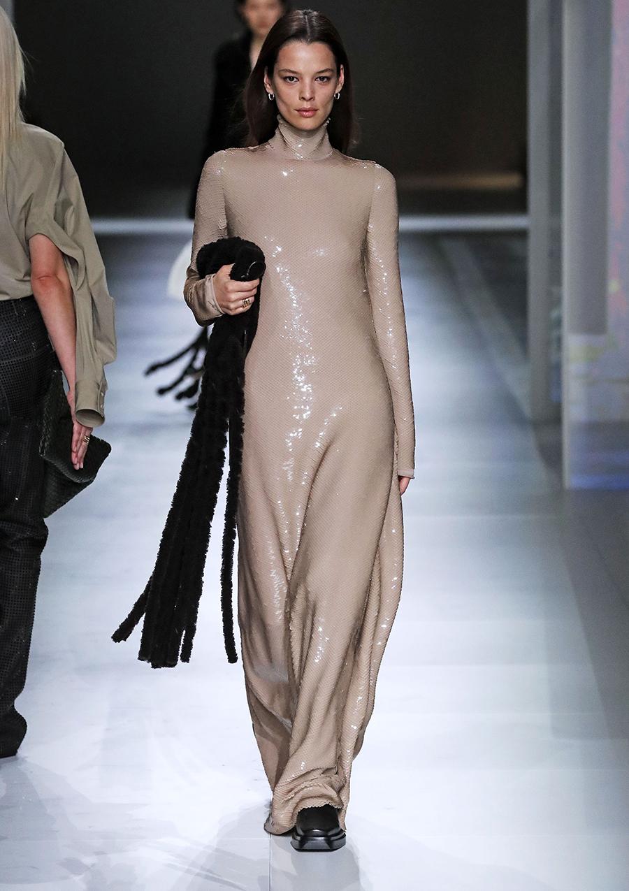 платье пайетки длинное бежевое что надеть на новый год 2021