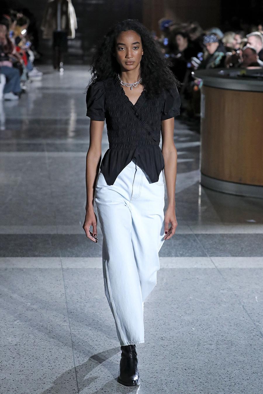 модные джинсы зима 2021 баллоны слоучи