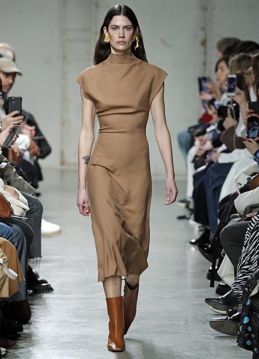 платье вязаное трикотажное бежевое миди что надеть на новый год 2021