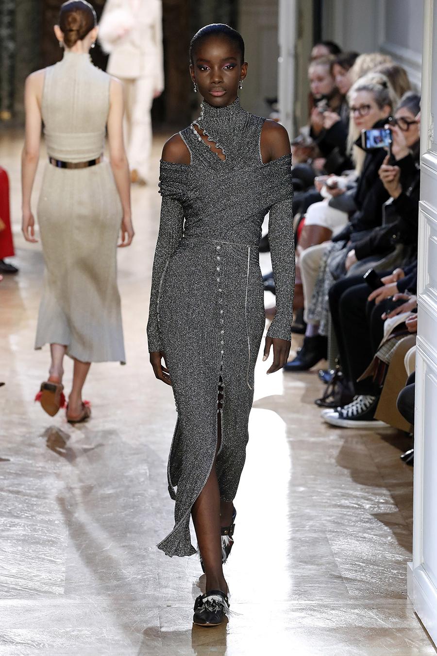 платье вязаное трикотажное серое миди что надеть на новый год 2021