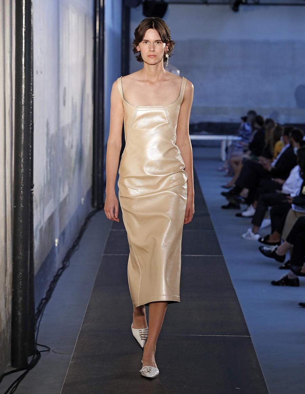 что надеть день влюбленных валентина платье кожаное миди бежевое золотое