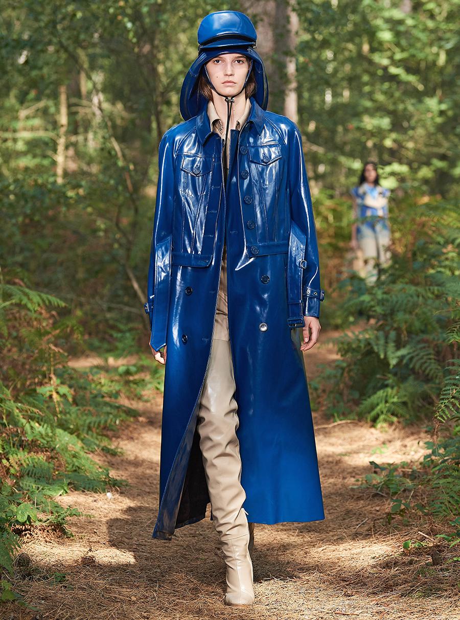модный тренч весна 2021 глянцевый блетящий длинный синий