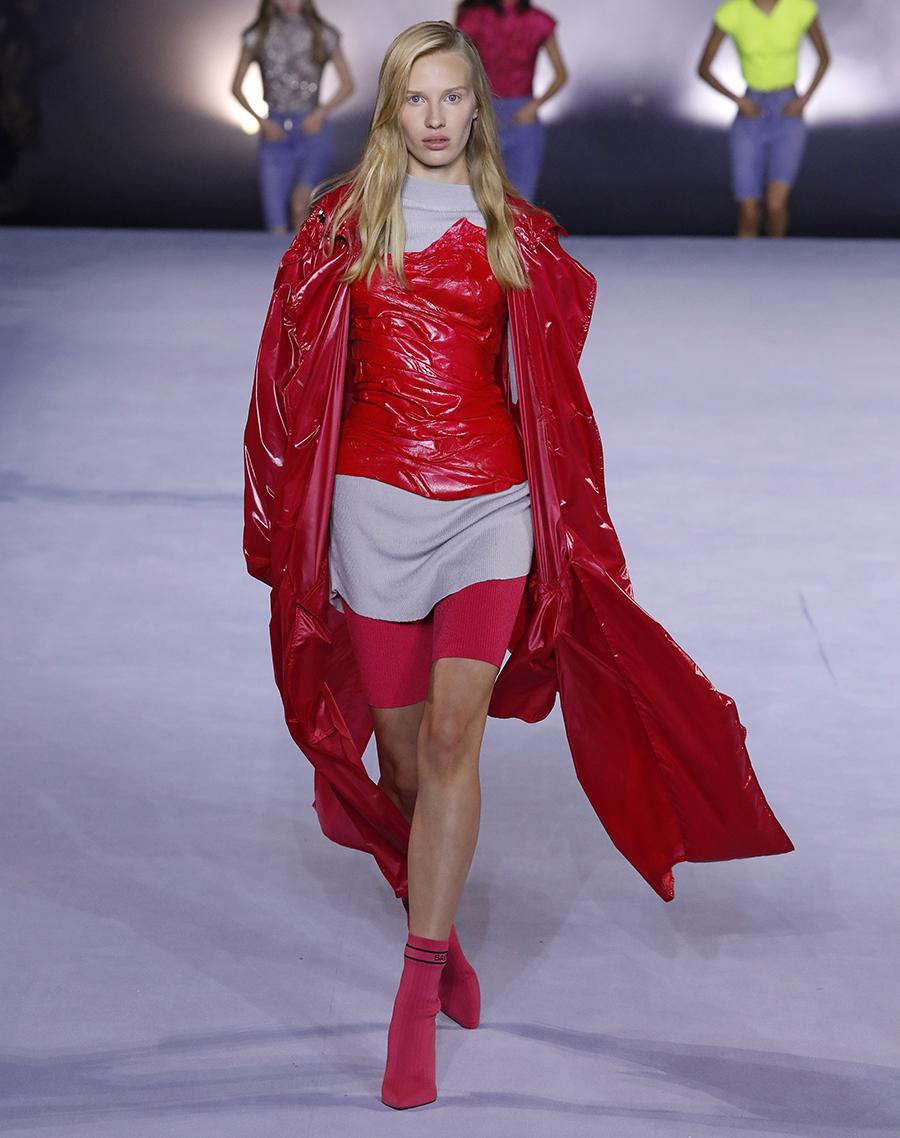 модный тренч весна 2021 длинный миди кожаный красный