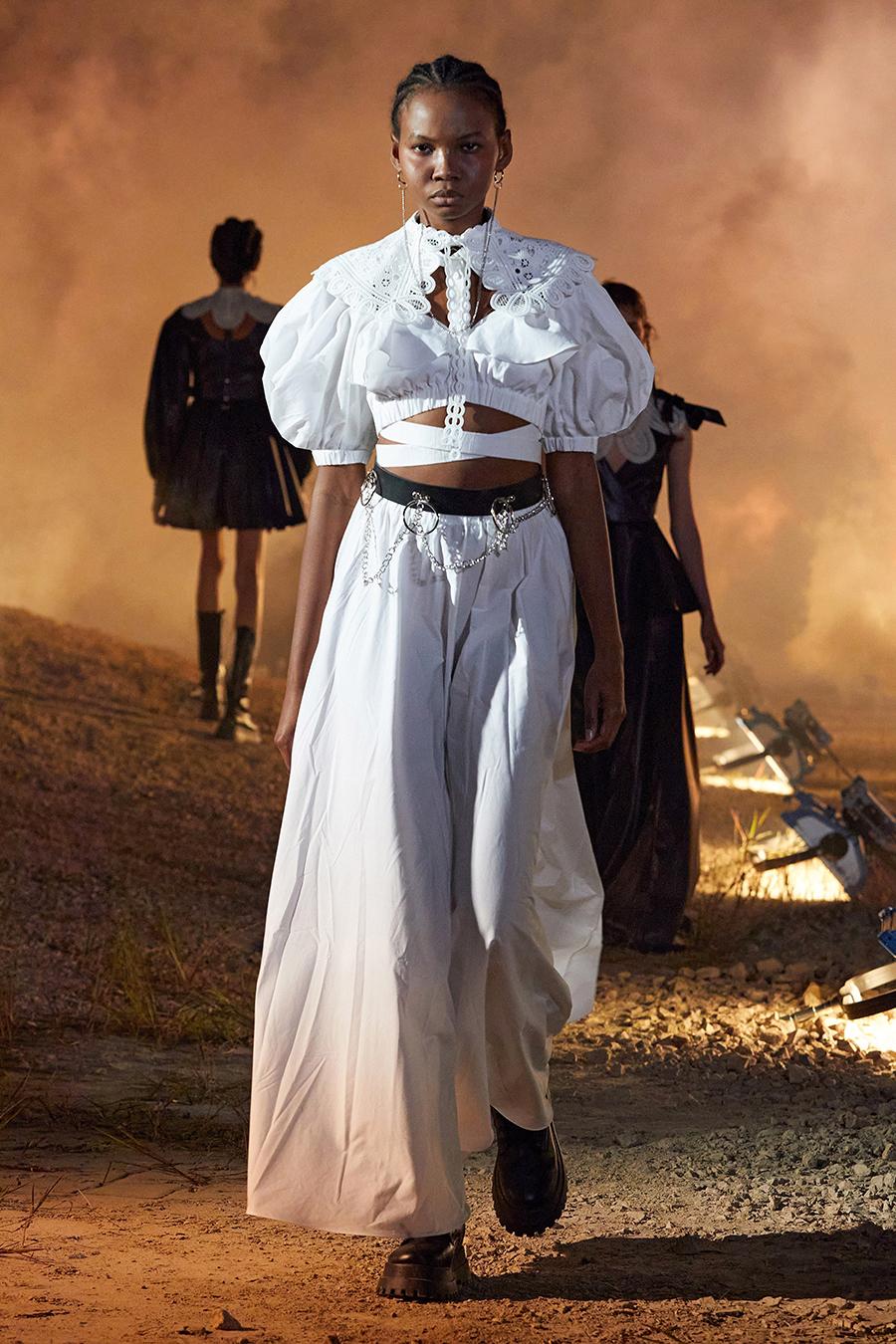 модная блуза блузка рубашка короткая кроп открытый живот белая с завязками с вырезами