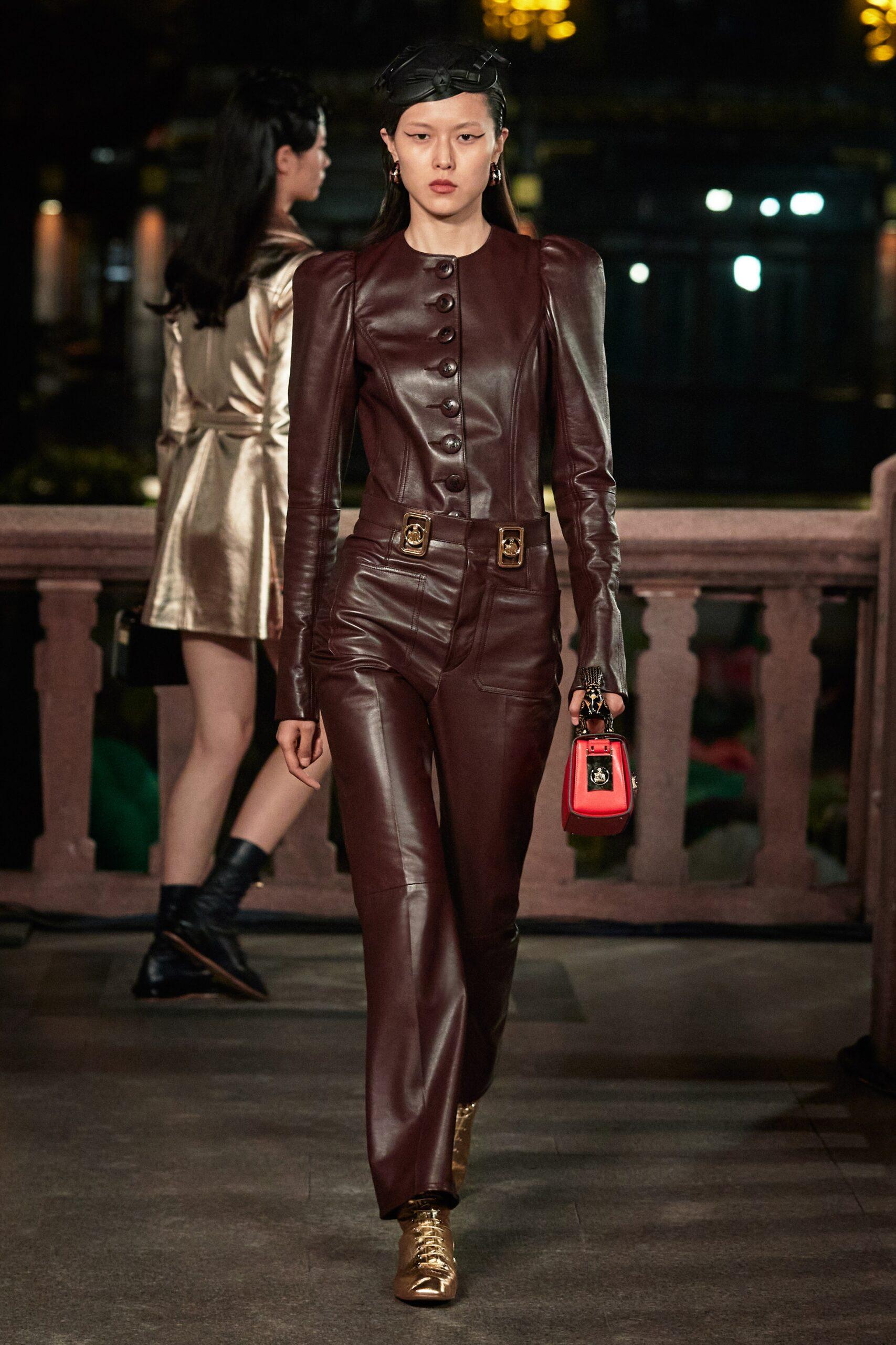 модный кожаный комбинезон