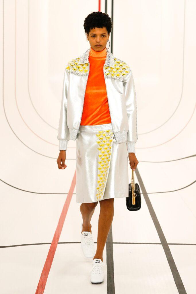оранжевая водолазка оранжевый тренд 2021 весна лето мода как носить с чем сочетать