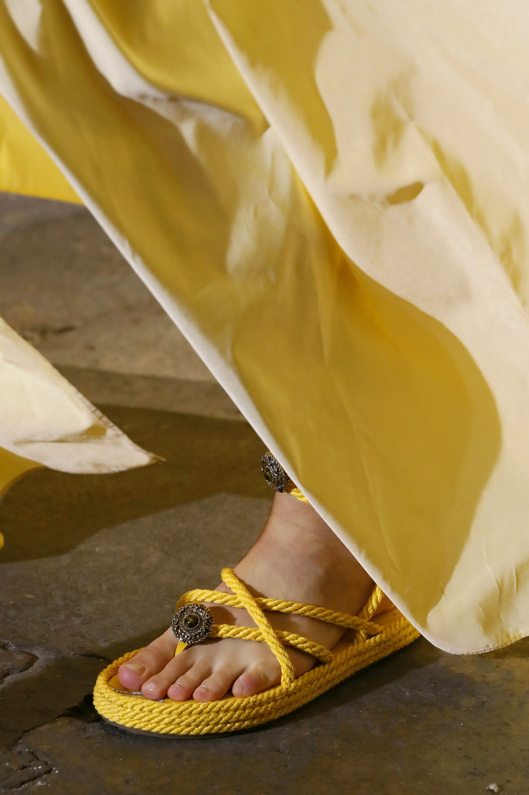 модная обувь лето 2021 на низком ходу плоская подошва без каблука женская веревочные плетеные макраме желтые