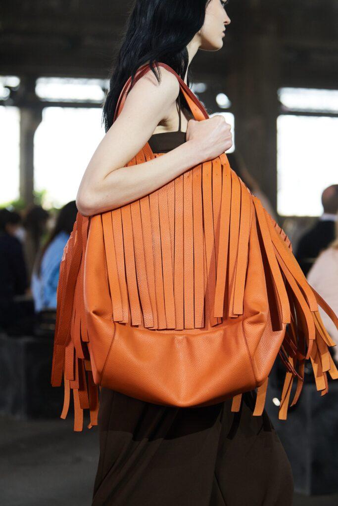 модная объемная большая оранжевая сумка овесайз тоут шоппер бахрома