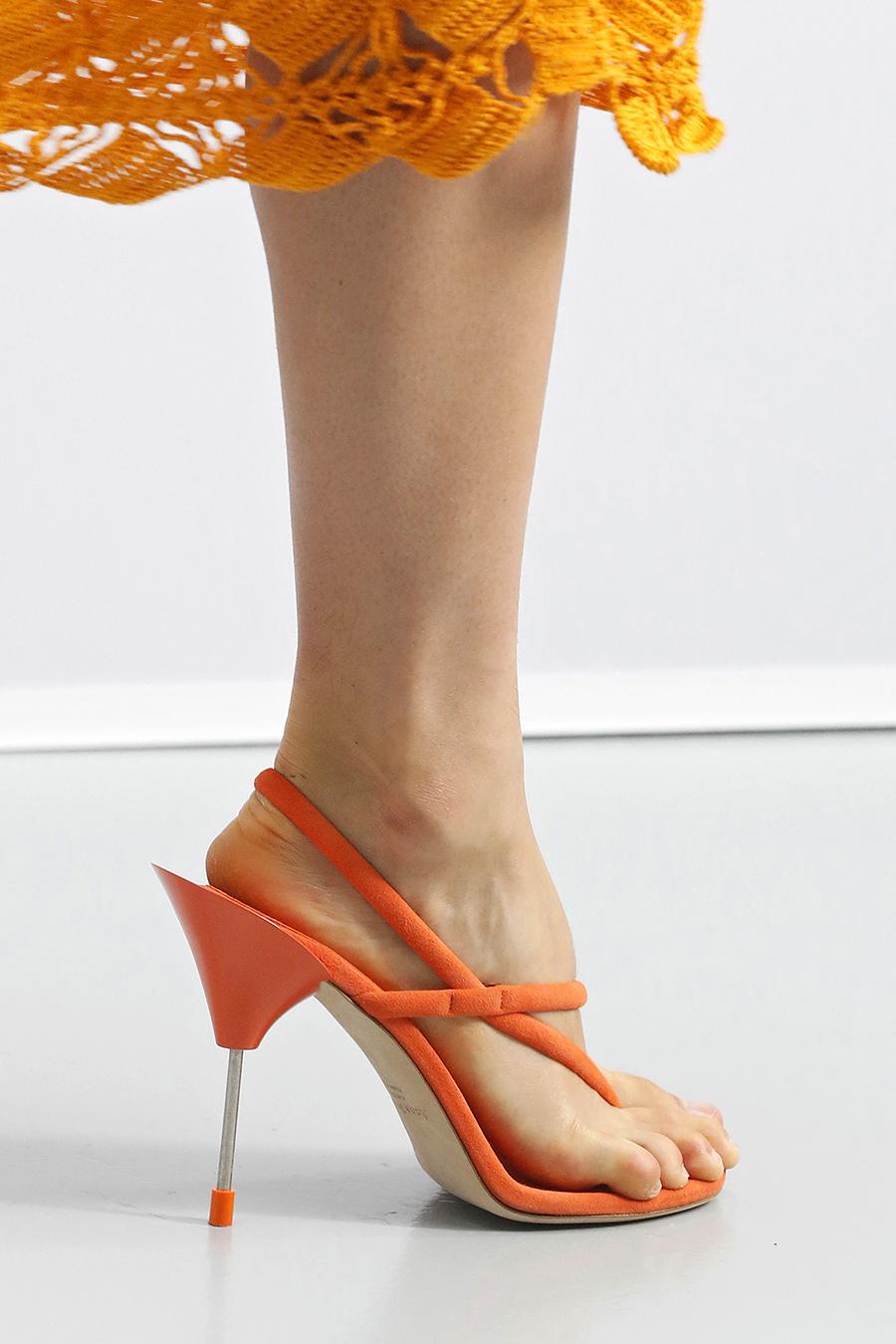 модные босоножки лето 2021 оранжевые каблук шпилька