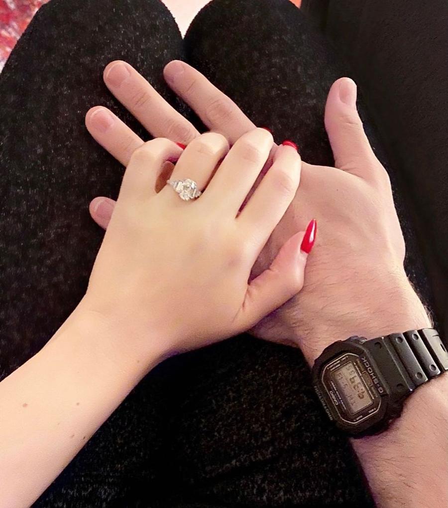кэт деннингс марвел две девицы на мели сериал замуж парень помолвка