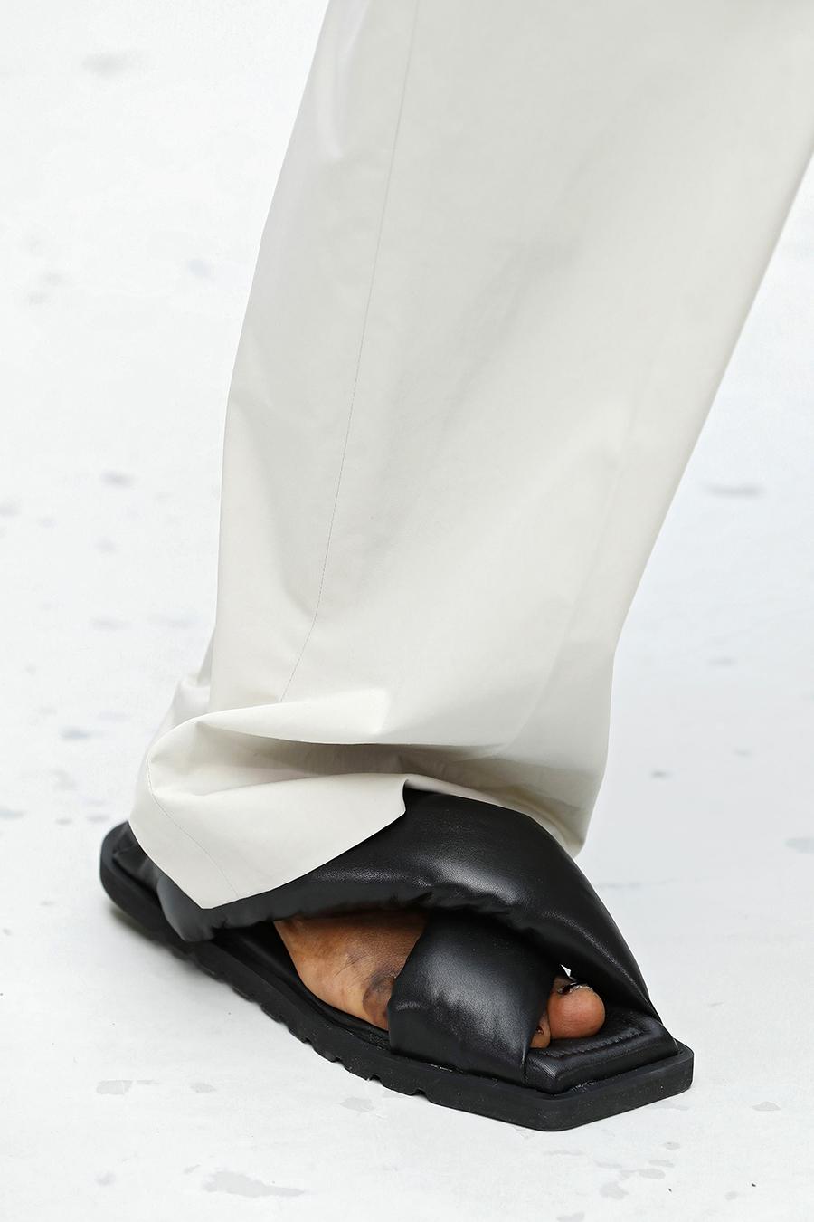 модная обувь лето 2021 на низком ходу плоская подошва без каблука женская шлепанцы дутые черные