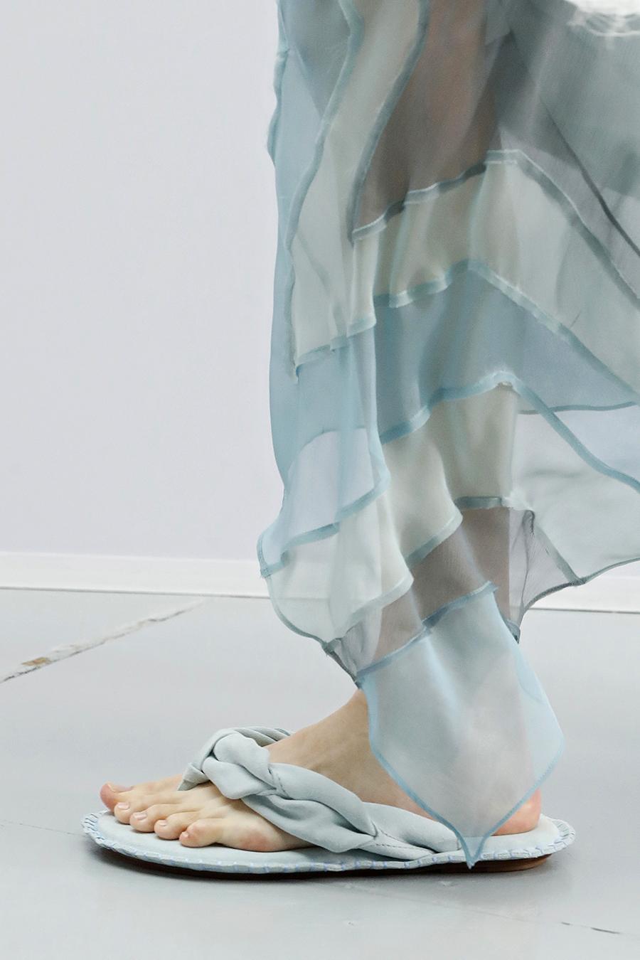 модная обувь лето 2021 на низком ходу плоская подошва без каблука женская вьетнамки дутые голубые