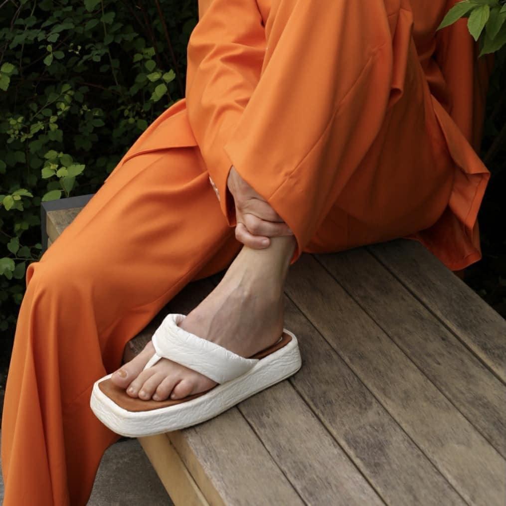 модная обувь лето 2021 на низком ходу плоская подошва без каблука женская вьетнамки дутые белые украинский бренд производитель