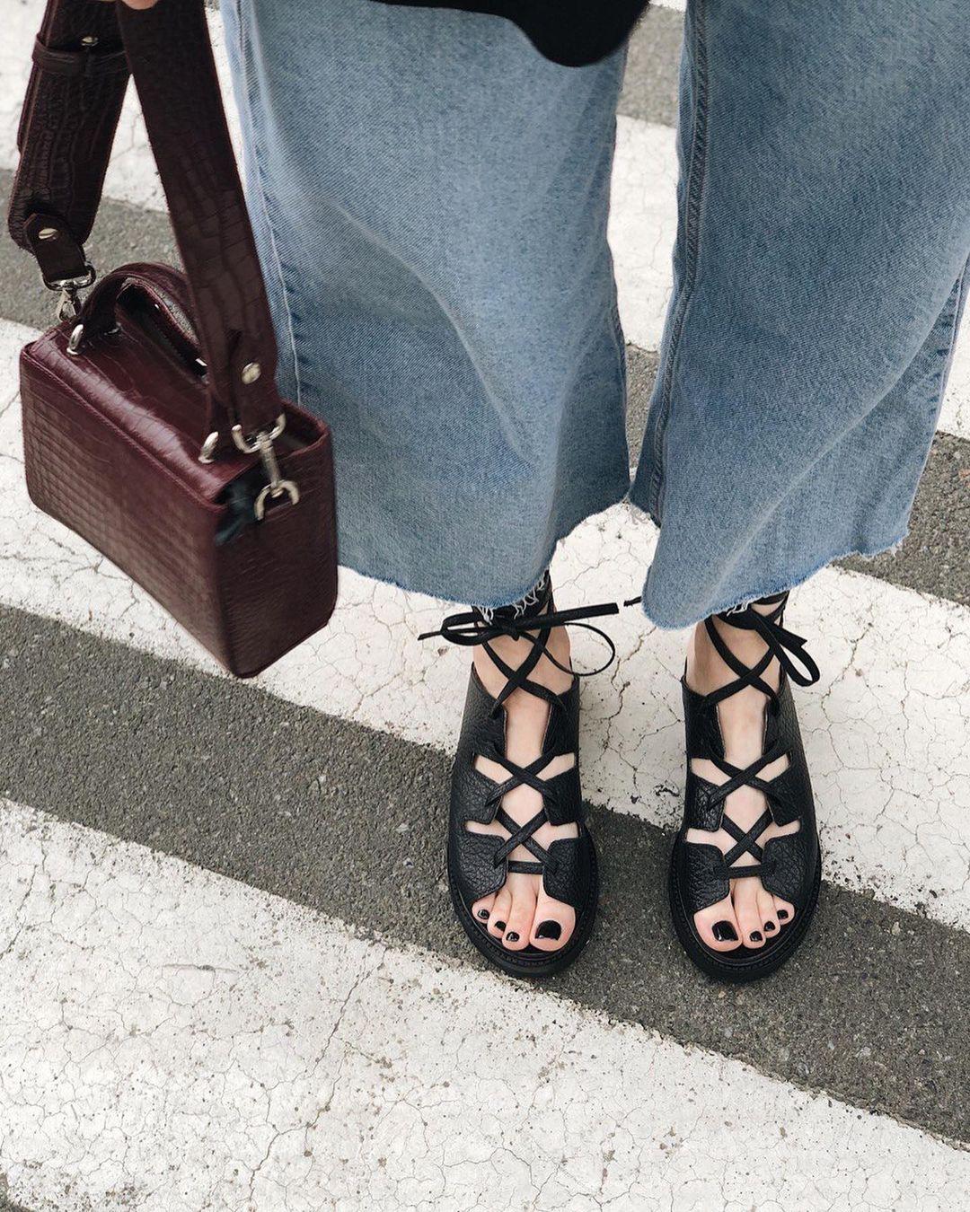 модная обувь лето 2021 на низком ходу плоская подошва без каблука женская на завязках гладиаторские сандалии черные босоножки