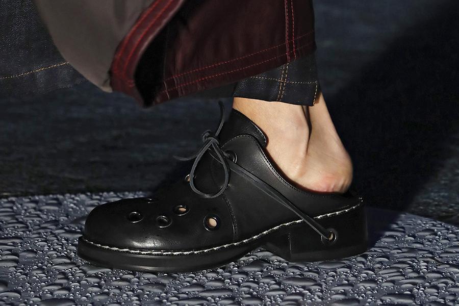 модная обувь лето 2021 на низком ходу плоская подошва без каблука женская клоги черные кожа кожаные