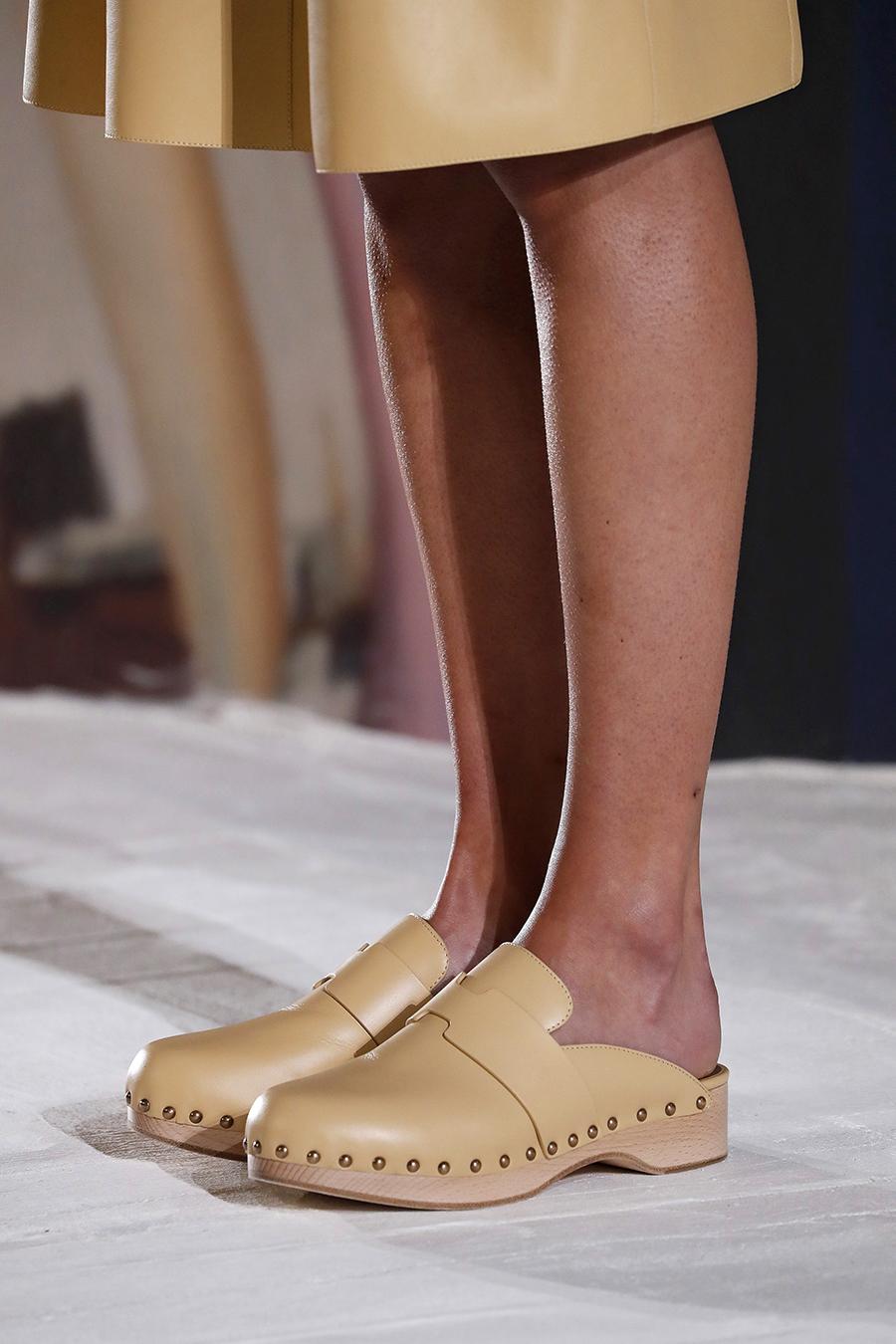 модная обувь лето 2021 на низком ходу плоская подошва без каблука женская клоги бежевые кожа кожаные