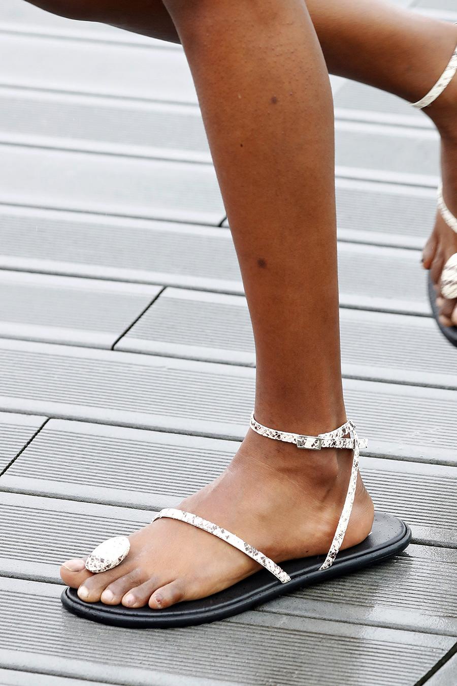 модная обувь лето 2021 на низком ходу плоская подошва без каблука женская на большой палец змея принт