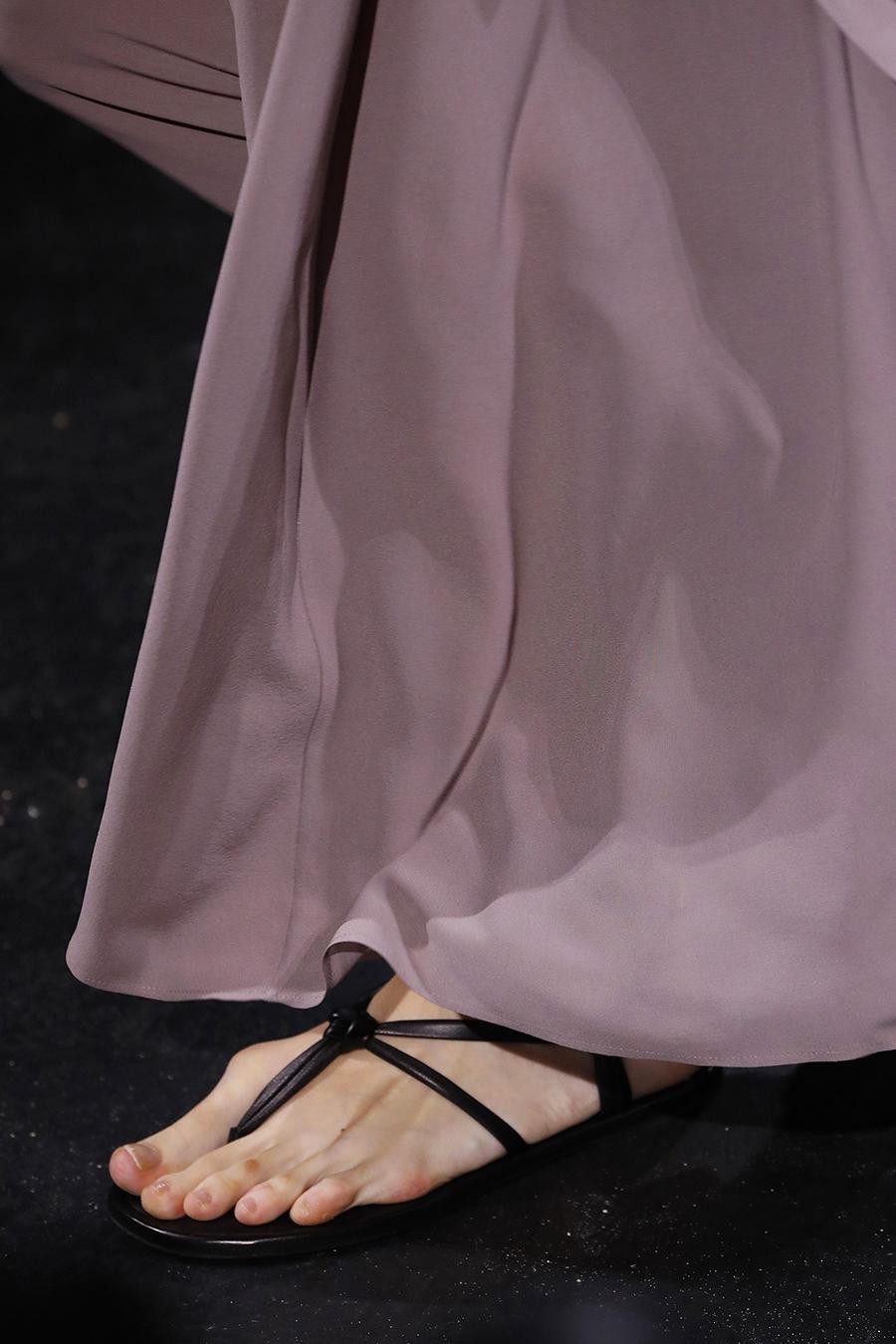 модная обувь лето 2021 на низком ходу плоская подошва без каблука женская босоножки сандалии вьетнамки тонкие ремешки черные