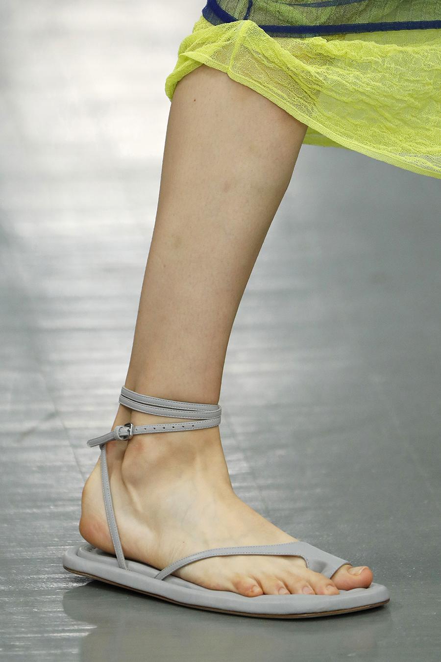 модная обувь лето 2021 на низком ходу плоская подошва без каблука женская на большой палец лиловые серые