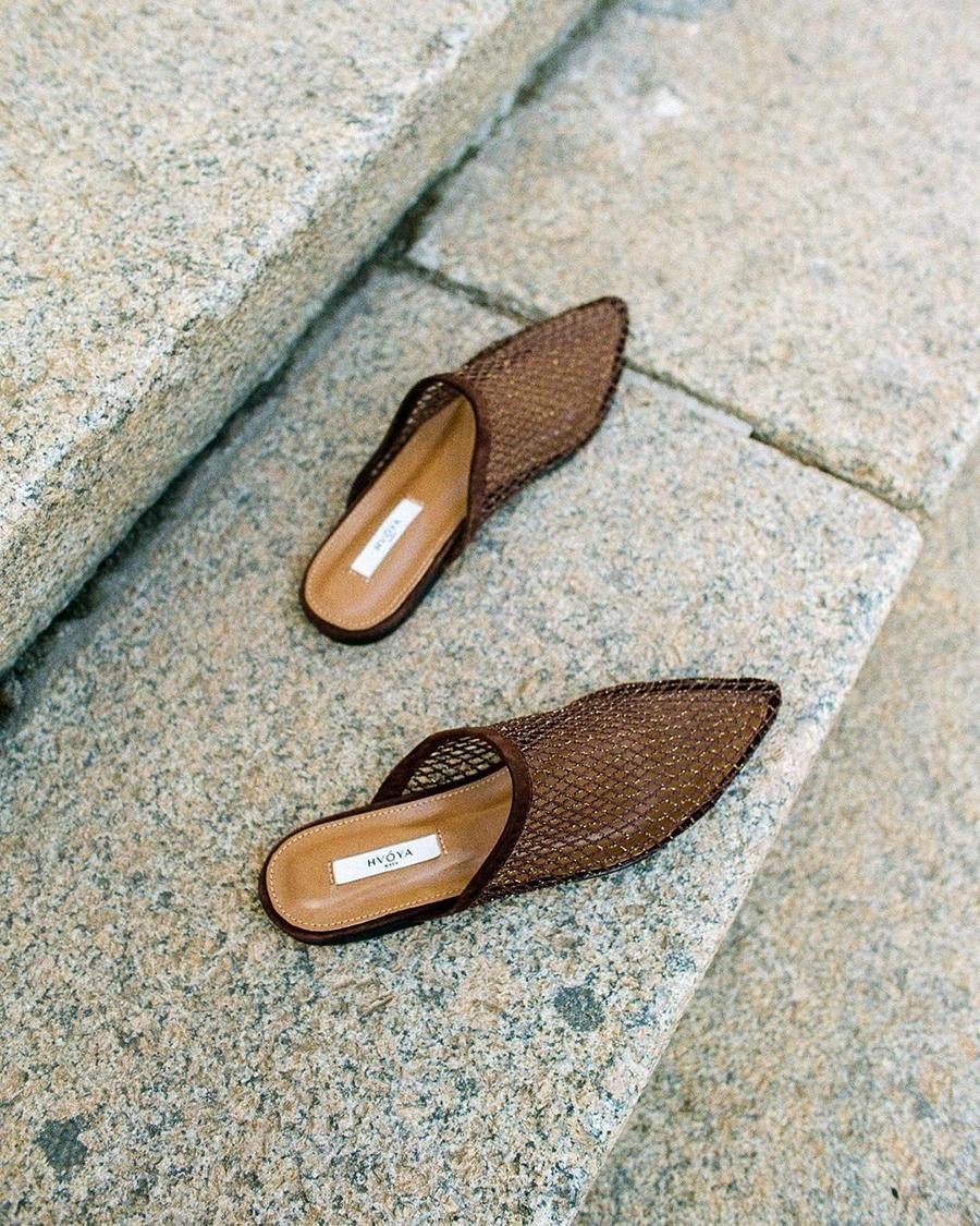 модная обувь лето 2021 на низком ходу плоская подошва без каблука женская мюли бабуши шлепанцы зыкрытые коричневые сетка стразы