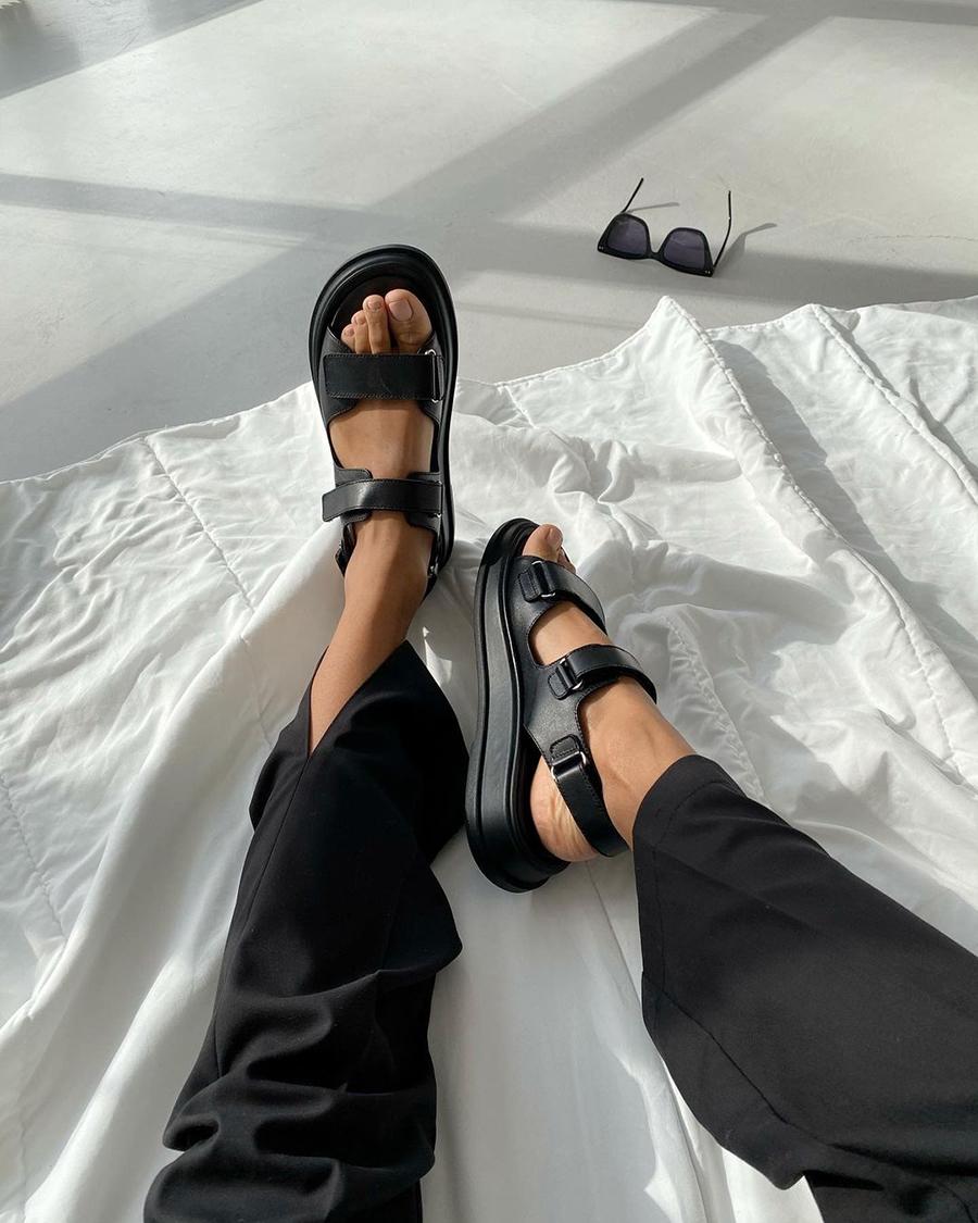 модная обувь лето 2021 на низком ходу плоская подошва без каблука женская спортивные черные украинский бренд производитель