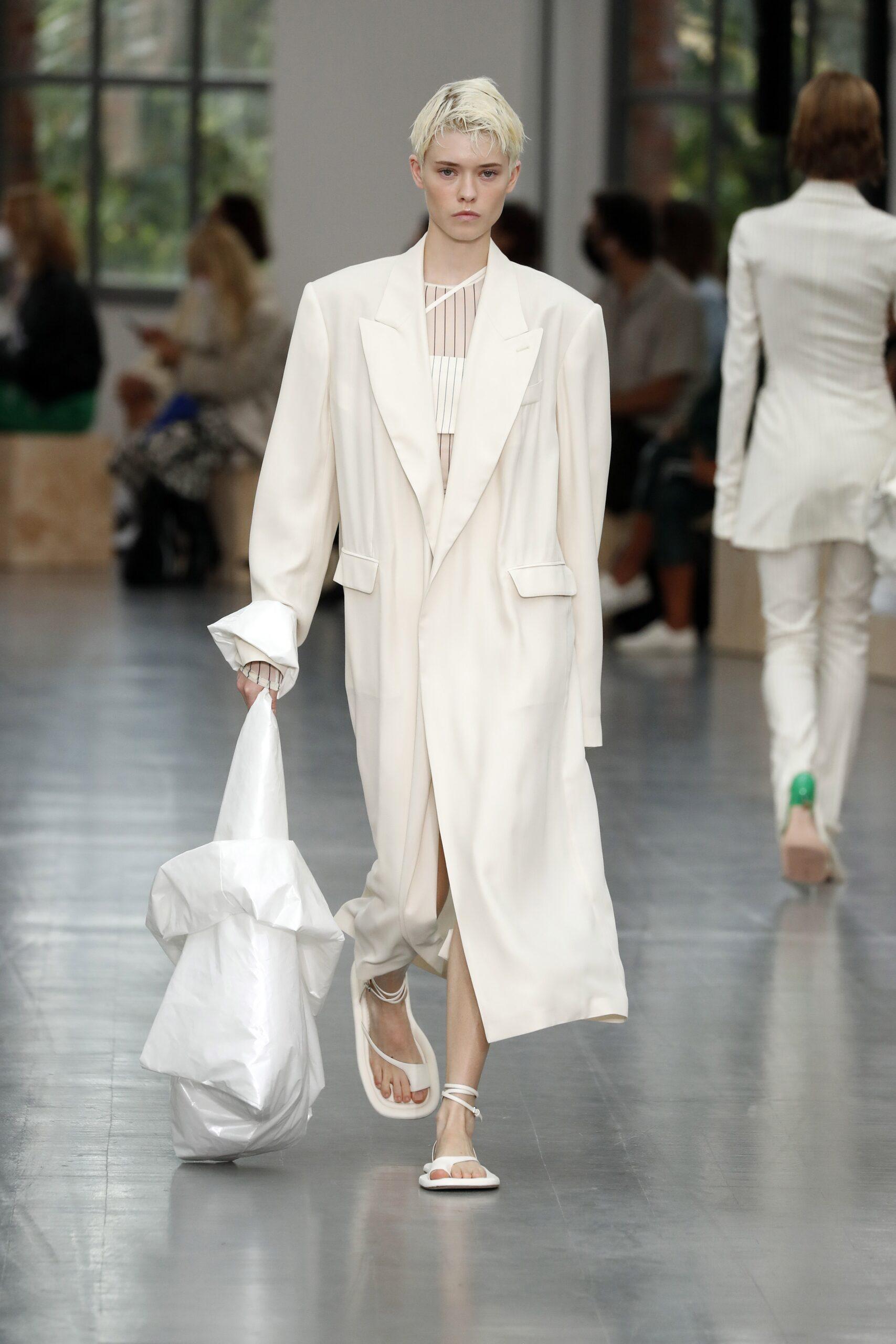 модные босоножки лето 2021 белые на завязках на плоской подошве низком ходу